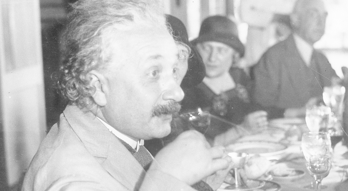 Albert Einstein trinkt auf einem ihm zu Ehren gegebenen Empfang in Havanna auf Kuba.